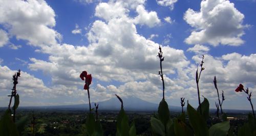 Pemandangan gunung Merapi dari Plaza Ardrawina Candi Boko