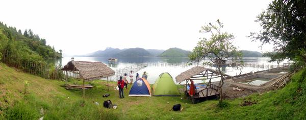 mendirikan tenda di Atu Tamun, sisi utara danau Lot Tawar Takengon