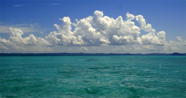 awan putih di batas horison