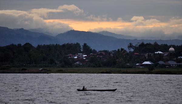 senja-perahu di tengah danau