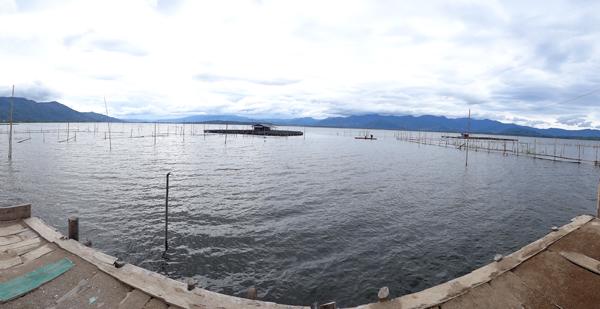 pemandangan danau dari rumah makan