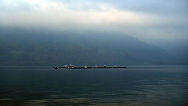kabut pagi menyelimuti Danau Ranau