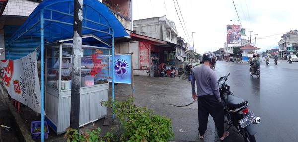 kedai lontong sayur di simpang Jl RE Martadinata dan Jl Depati Parbo