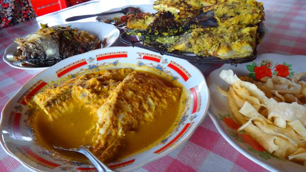 menikmati sajian kuliner di tepi Danau Kerinci