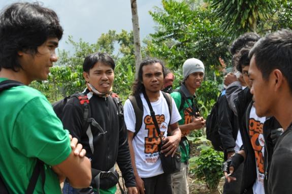 Mas Guvron (kanan) : Memberikan Informasi Spot Air Terjun