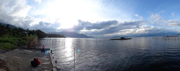 duduk di tepi danau - menanti