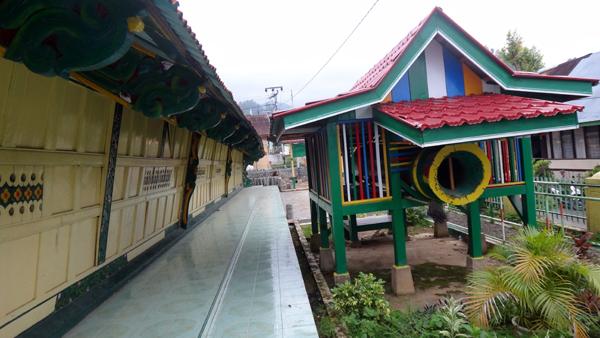 beduk kecil - berada di halaman masjid terbuat dari kayu utuh yang dilubangi
