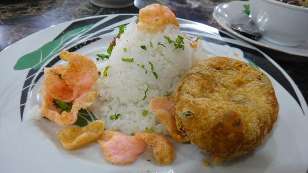 perkedel disajikan terpisah bersama nasi