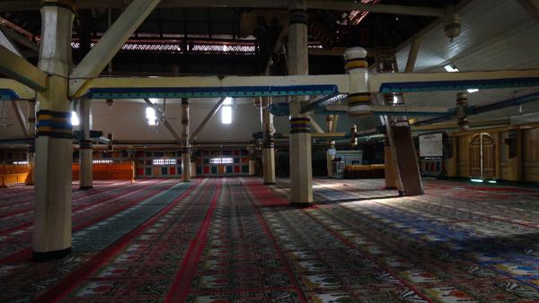 interior masjid -  ditopang oleh 36 tiang penyangga