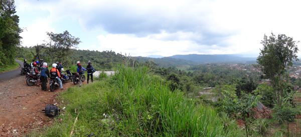 Berhenti sejenak menikmati Keindahan alam dari Bukit Purajaya