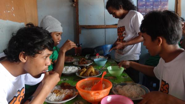Makan Siang: nasi dan timunnya boleh nambah