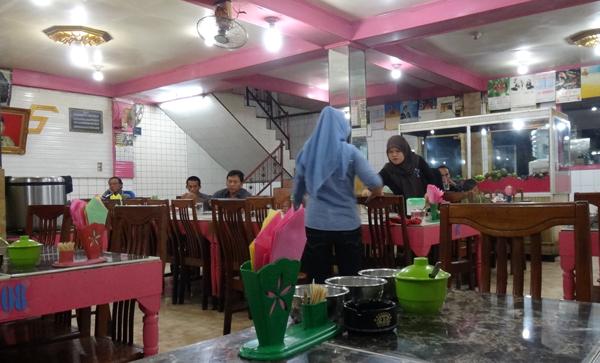 suasana pink di dalam rumah makan