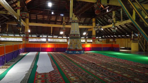 tiang sokoguru di tengah ruangan Masjid Keramat