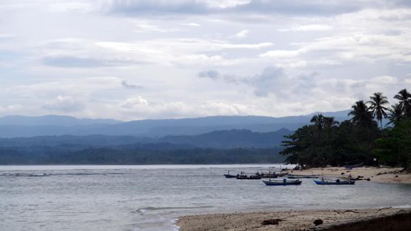 pantai dengan ombak lebih tenang