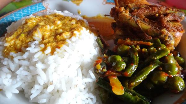 menu makan siang : nasi + ayam goreng + sambal buncis cempokak