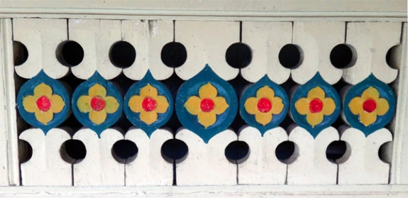 dinding masjid-bermotif flora berwarna cerah