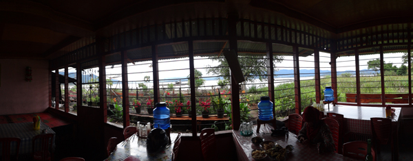pemandangan danau kerinci dari dalam rumah makan