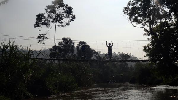 uji nyali: loncat dari jembatan gantung
