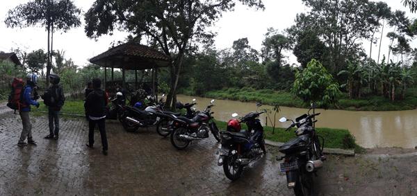 Terguyur Hujan - sampai di Pekon Sukajaya, Tepi Sungai Way Besai