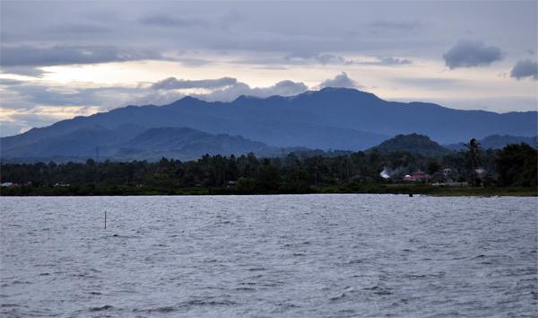 danau dengan latarbelakang Bukit Barisan