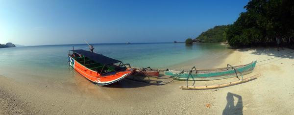 perahu merapat di pantai berpasir putih Pahawang Balak