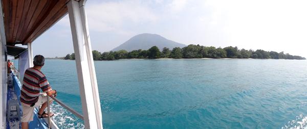 Pulau Sebesi - Memandang Bukit Biru dan Pohon HIjau
