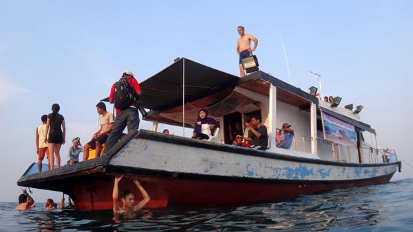 kapal berhenti di perairan Pulau Umang Umang