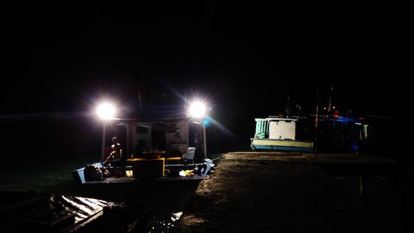 lampu kapal berpendar - bersiap pergi melaut