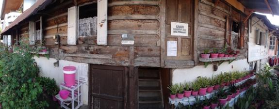 pink traditional - rumah di depan Masjid Pondok Tinggi, Sungai Penuh jambi