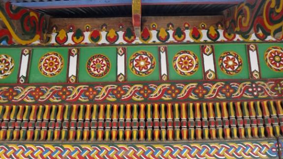 ornanem geomteris dan flora di Masjid Keramat Tuo
