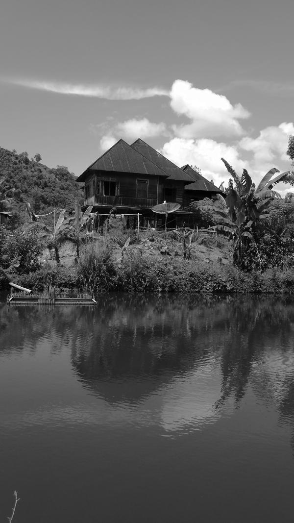 rumah Kayu di tepi kolam