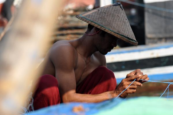 memperbaiki jala - aktivitas nelayan di pagi hari
