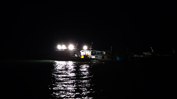 kapal meninggalkan pelabuhan