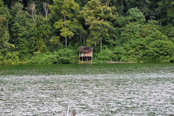 pondok di seberang danau