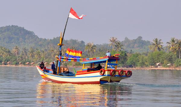kapal nelayan melaju