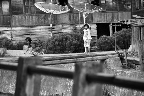 menyebrang - gadis kecil berjingkat di batang bambu