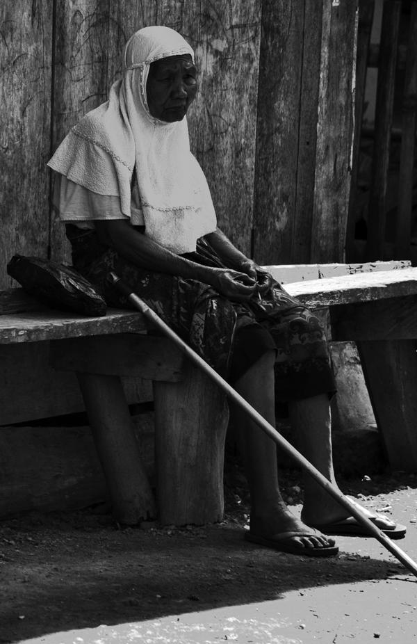 Sendiri- wanita tua duduk sendiri di depan rumah , Lempur Mudik