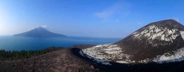 Pulau Rakata dan Puncak Anak Krakatau (sumber : koleksi pribadi)