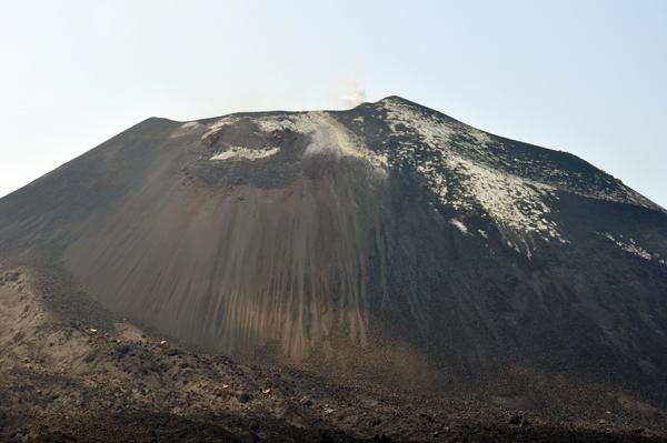 jejak luruhan batuan vulkanik di puncak anak krakatau