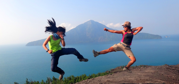 bertarung di puncak dengan latar belakang Rakata