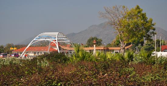 dipisahkan - jembatan antara wilayah Indonesia dan Timor Leste