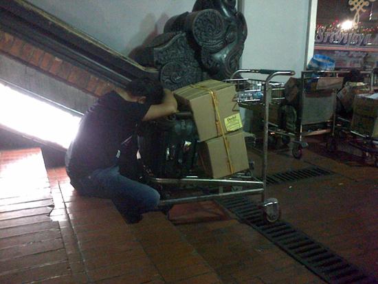 Lelap - Tatang tidur memeluk kotak dodol