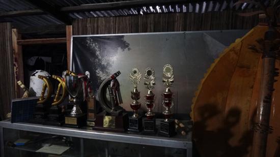 penghargaan - piala dan piagam milik keluarga Jeremias