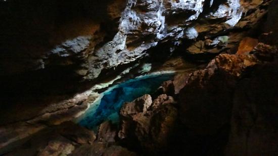 jernih- biru kehijuan air di dasar kolam goa kristal