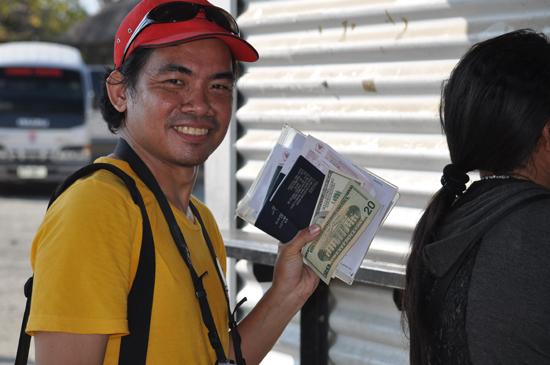 antri-membayar VOA dengan mata uang dollar
