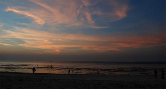 tenggelam sempurna - matahari sirna meninggalkan rona jingga di pantai pasir panjang, Kupang