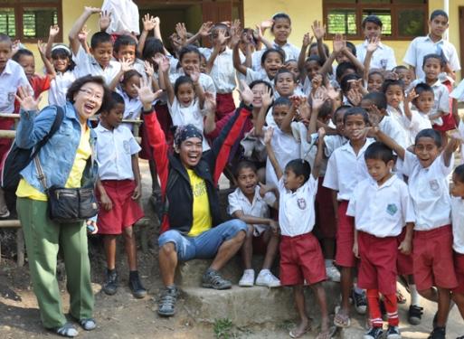 Selamat Pagi ! - sapa murid SD Inpres Detunaka, Nusa Tenggara Timur