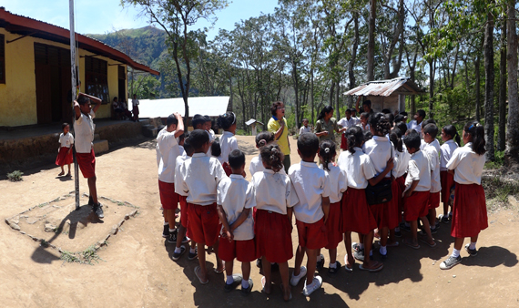 dendang - bernyani bersama murid SD Inpres Detunaka