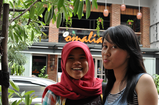 Qori dan Lola di Jalan Braga Bandung