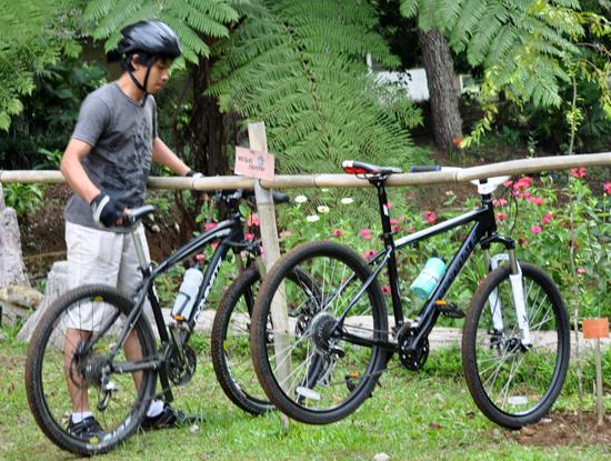 Bersepeda di  Taman Konservasi Masigit Cikareumbi